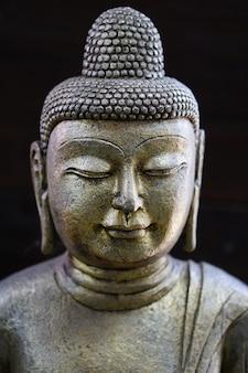 Фотография лица будха с черным фоном