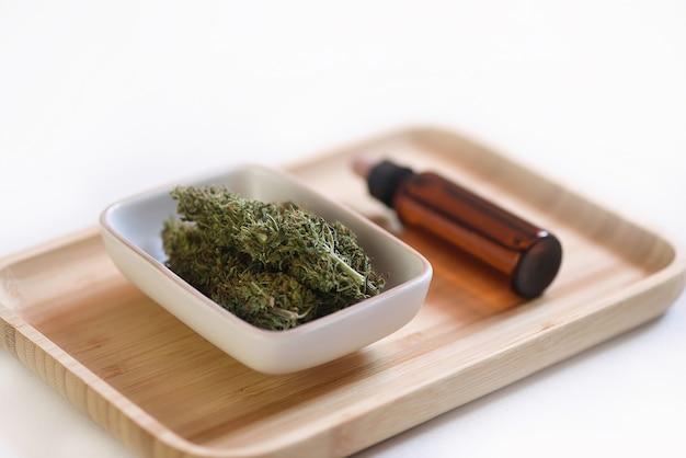 木製トレイのcbdオイルの芽と缶