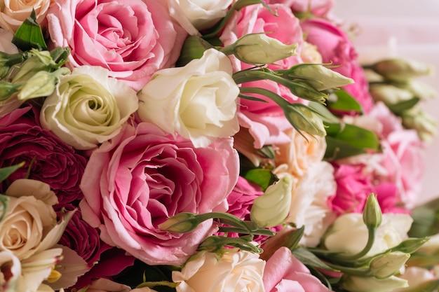 Бутоны бело-розовых роз и эустомы в макросе крупным планом букета