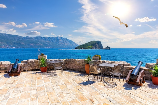 Смотровая площадка будванской цитадели и остров святого николая, черногория.