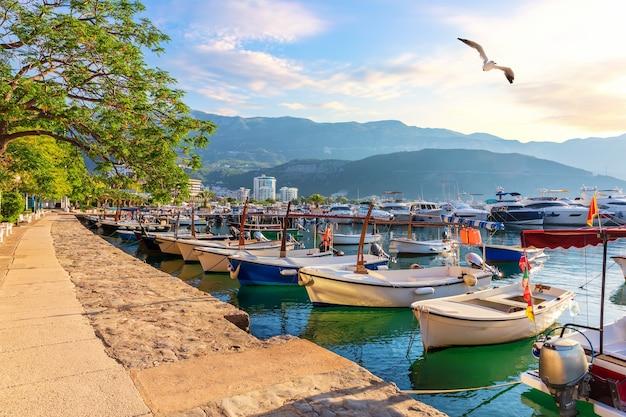 Пристань для яхт будвы с лодками, прекрасный вид на гавань, черногория.