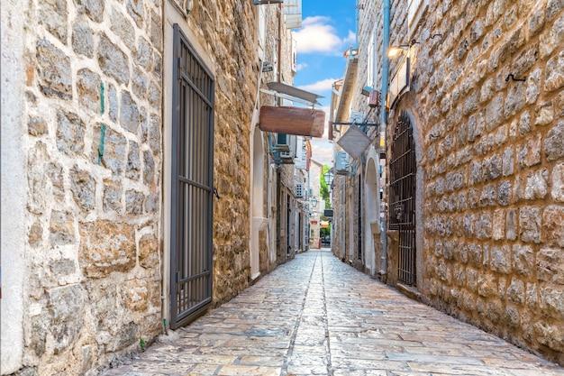 ブドヴァ旧市街モンテネグロの狭いヨーロッパの通り。