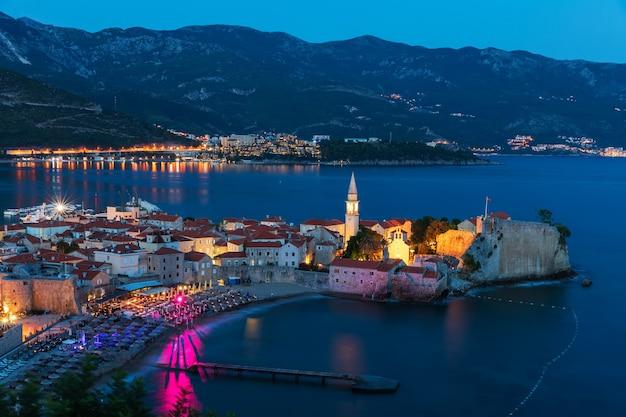 ブドヴァ旧市街の夜景、アドリア海の海辺、モンテネグロ。