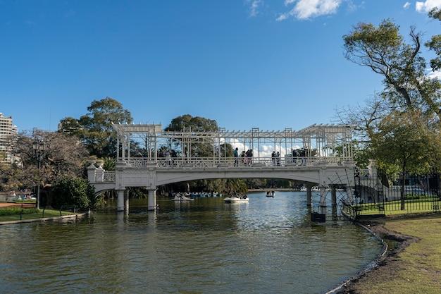 Буэнос-айрес, аргентина, 20 июня 2021 года. мост в парке под названием bosques de palermo или rosedal в центре города. концепция турист, путешествия.