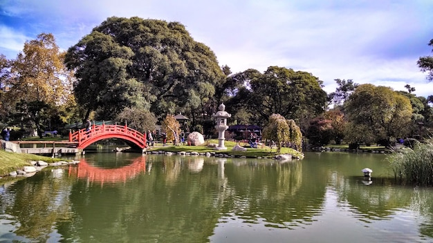 アルゼンチンのブエノスアイレスの日光と曇り空の下でのブエノスアイレス日本庭園