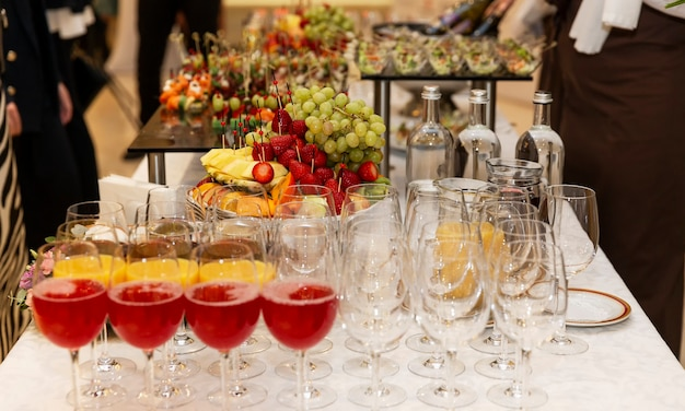 ワインと軽食を取り揃えたビュッフェ式のお祝いテーブル。ビジネスミーティング、イベント、お祝いのケータリング。