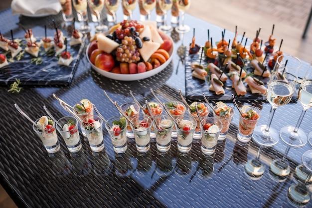 Фуршет для гостей на банкете с различными закусками и бутербродами