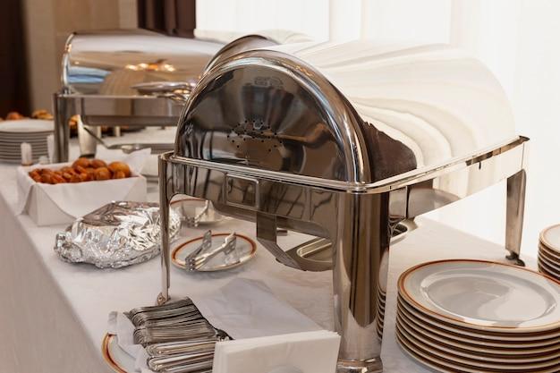 温かい軽食を添えたビュッフェテーブル。ビジネスミーティング、イベント、お祝いのケータリング。