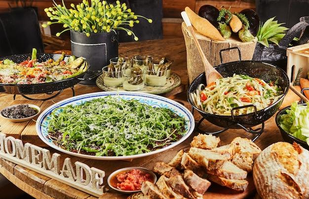 野菜料理とサラダを豊富に取り揃えたビュッフェ