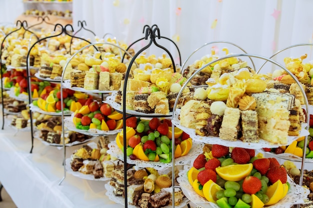 Шведский стол с разнообразными вкусными сладостями, кулинарными идеями,