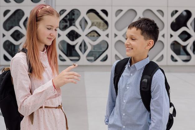 Ошибка на руках детей девочки-подростка и мальчика. экологичная концепция. фото