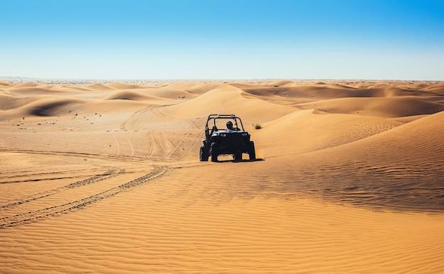 Uae 사막 모래에서 버기 쿼드 바이크 타기, 오프로드 트랙 남겨두기