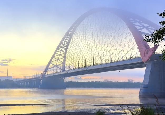 아침 안개에 bugrinskij 다리입니다. 거대한 시베리아 강 ob의 은행에 새로운 도로 다리
