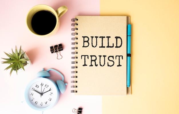 사무실 책상에 메모장에 신뢰 단어 개념 구축