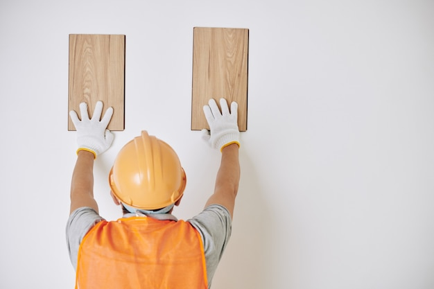 木製の板を選択するビルダー