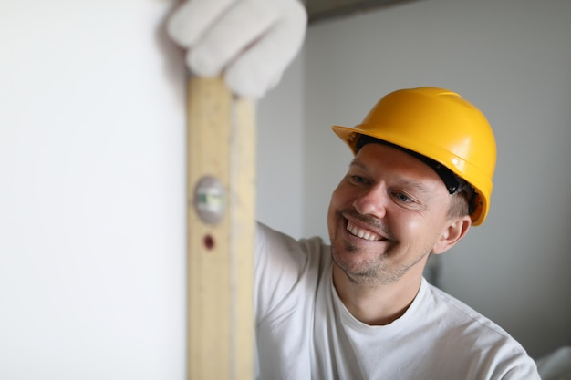 Строитель держит строительный инструмент