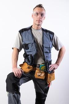 Строитель в рабочей одежде с инструментом. для любых целей.