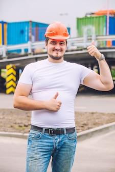 보호 헬멧을 작동하는 작성기 남자. 건설, 안전, 성능.