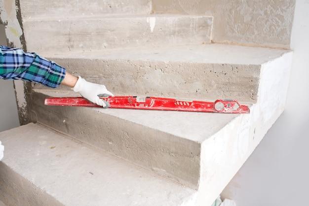 건축업자 수리공, 보호 헬멧의 감독이 콘크리트 구조물의 균일 성을 확인합니다.