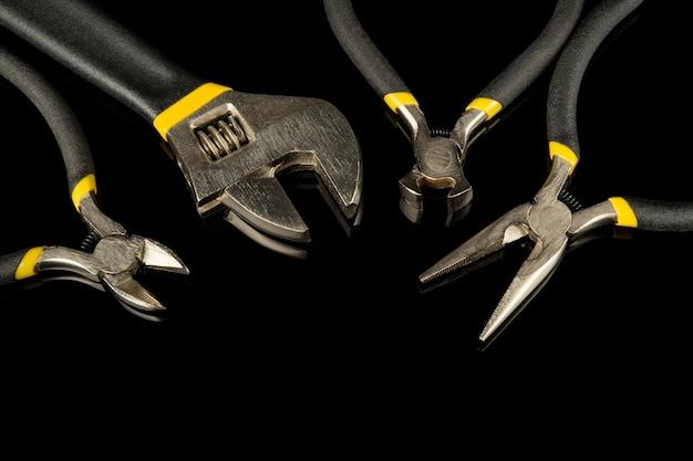 Инструменты строителя на черном изолированном фоне