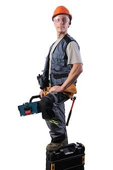 場合にツールを備えたビルダー。ヘルメットとメガネで、そして荷降ろし。あらゆる目的のために。