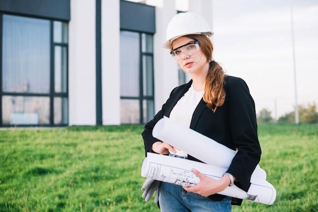 Женщина-строитель с бумагами