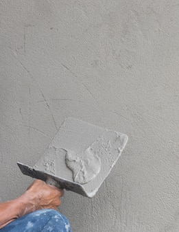 Строительный рабочий штукатурный бетон