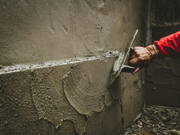 Строители оштукатурили стены дома аккуратно.