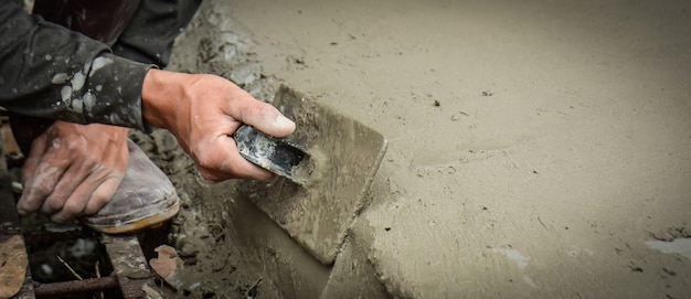 Builders are plastering the walls of the floor with neatness.