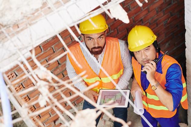 建設中の建物で働くビルダー