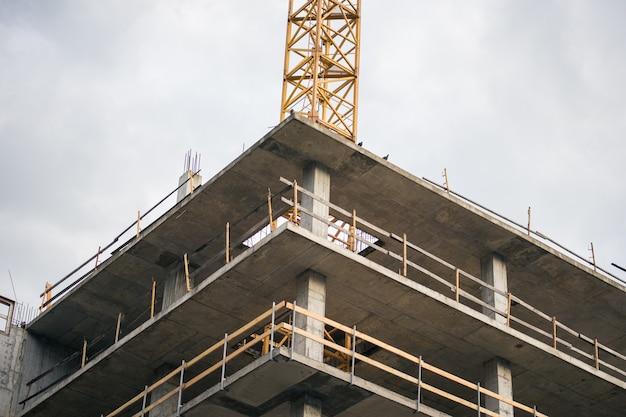 Строительство высокого дома в городе