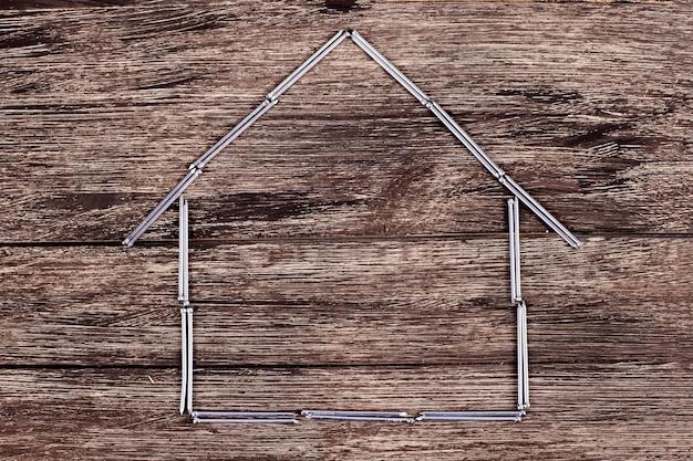 가족을 위한 집을 짓습니다. 구축할 계획입니다. 건축가 디자인. 못과 나사로 만든 집. 건설에 필요합니다. 건물에 대한 아이디어