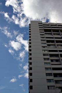 青い空を背景に構築
