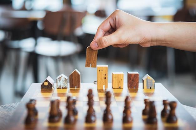 Модели зданий и домов в шахматной игре, бизнес-центр и коммерческий бизнес.