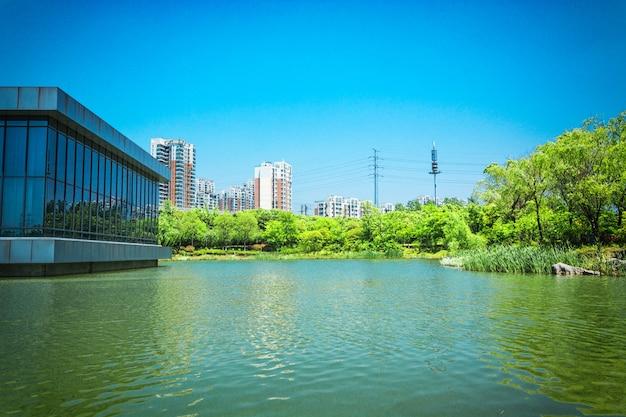 건물과 호수