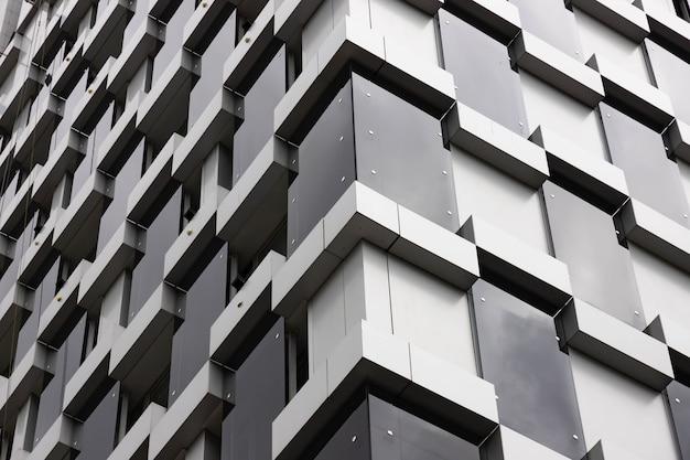 建物の建築の詳細、ファサードのデザイン。モダンな建物黒とグレー。