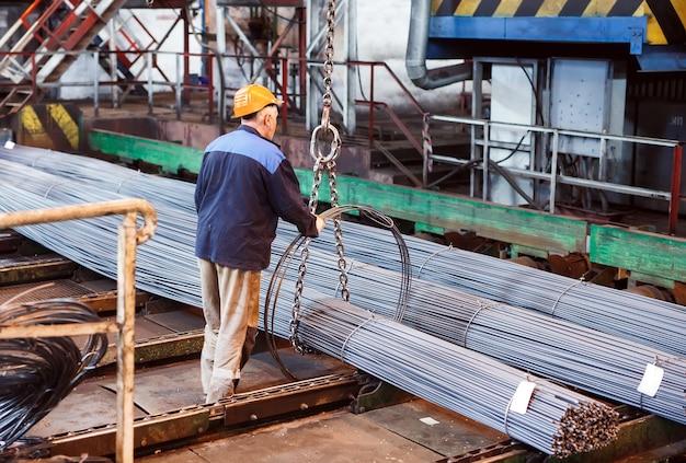 Строительная арматура находится на складе металлургической продукции.