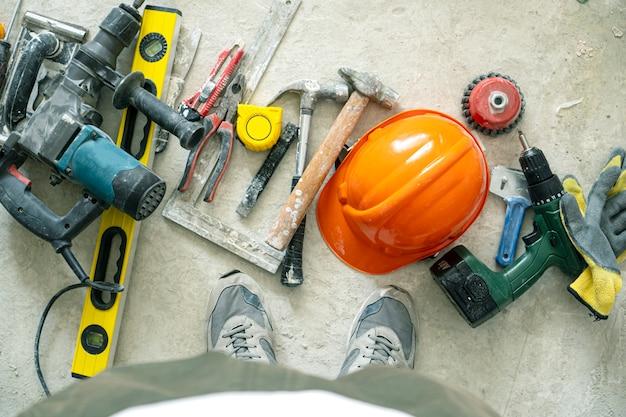 Строительный фон с инструментами на бетонном полу.