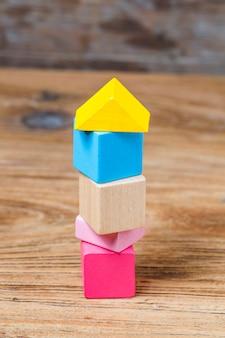 木製の背景上にビルディングブロック、カラフルな木製のビルディングブロック