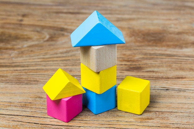 木制背景上的积木,彩色的木制积木