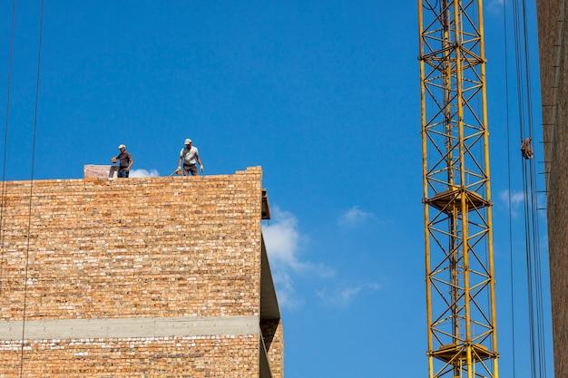 建設にレンガブロックの壁を構築しています。