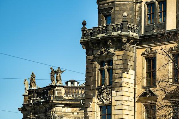 스위스에서 푸른 하늘 배경으로 건물 가까이