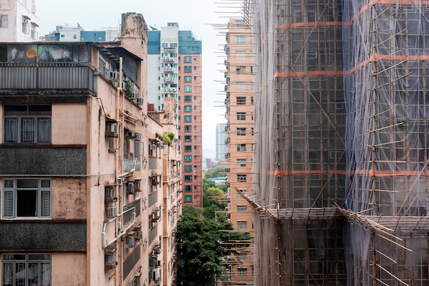 홍콩 시내 동네에 있는 오래된 허름한 아파트와 가까운 건물 건설