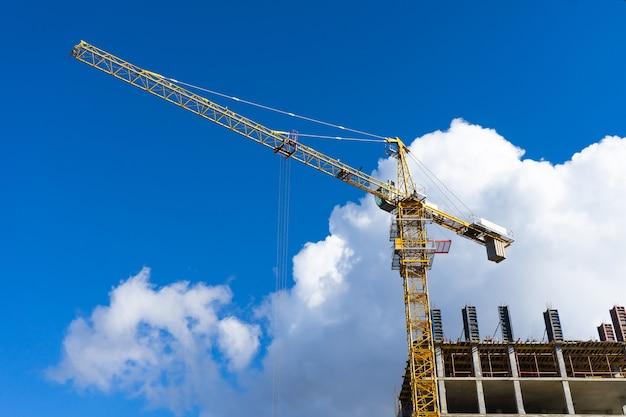 푸른 하늘에 대 한 타워 크레인으로 건설 현장 구축