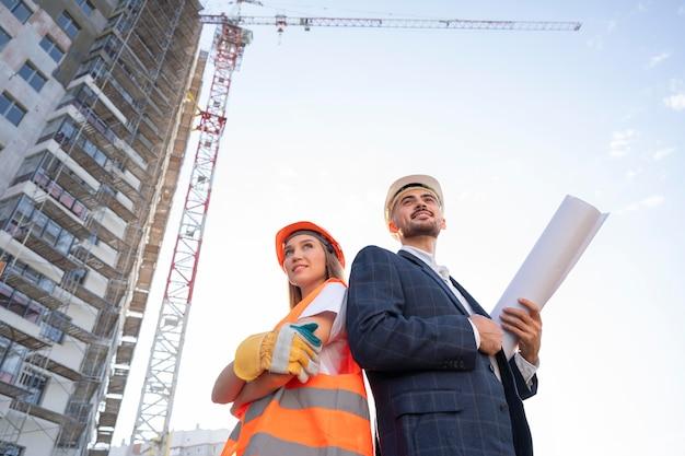 Operaio edile e edile sul sito con architetto