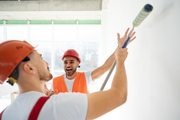 Operai edili e edili sul sito