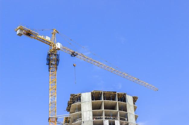 크레인 건물과 푸른 하늘에 대 한 건설중인 건물