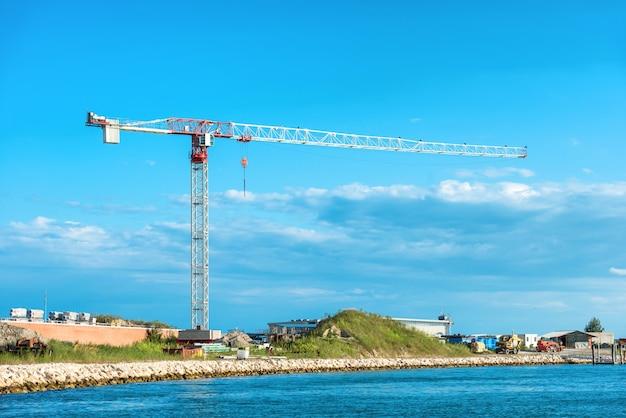 海の島でクレーンと建設中の建物を構築します。