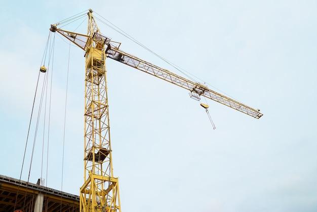 푸른 하늘과 건설 현장에 크레인을 구축