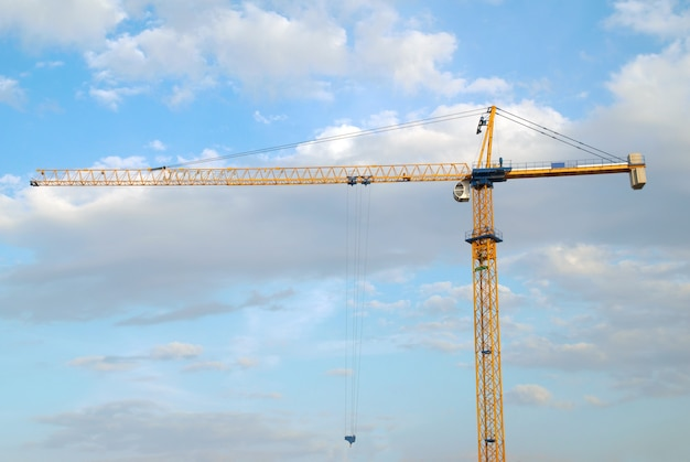 푸른 하늘 배경으로 빌딩 크레인